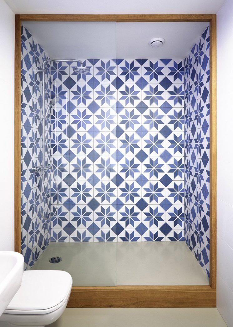 Carreaux de ciment bleu et blanc pour le coin douche