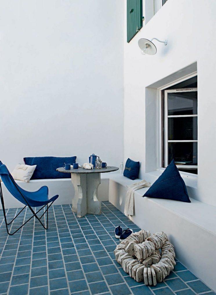 Patio d'inspiration grecque pour cette maison sur l'île de Ré