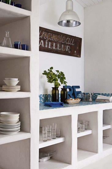 Cuisine d'inspiration grecque blanc et bleu pour cette maison sur l'île de Ré