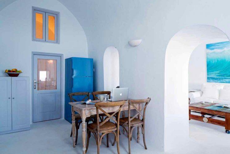 En blanc et bleu sous le soleil exactement || Villa Gaia sur l'île de Santorin en Grèce