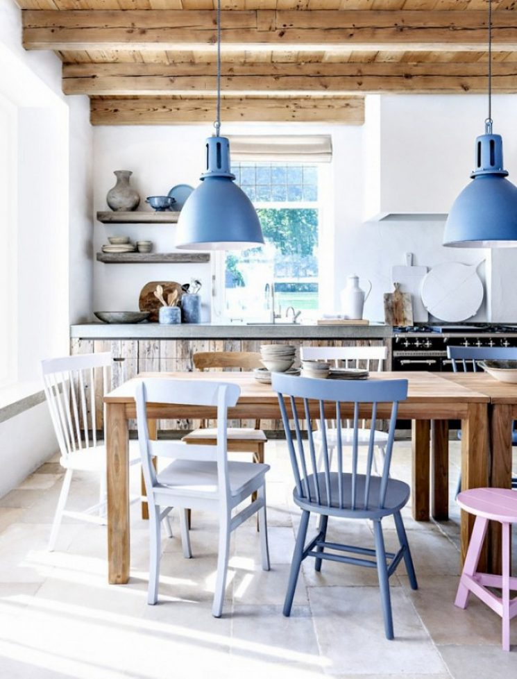 Des accessoires déco bleu, du bleu, du blanc, du bois = un intérieur hyper chaleureux