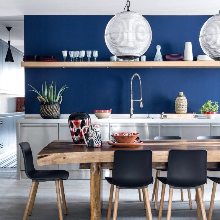 Un mur bleu roi pour le fond de la cuisine dans un esprit vacances