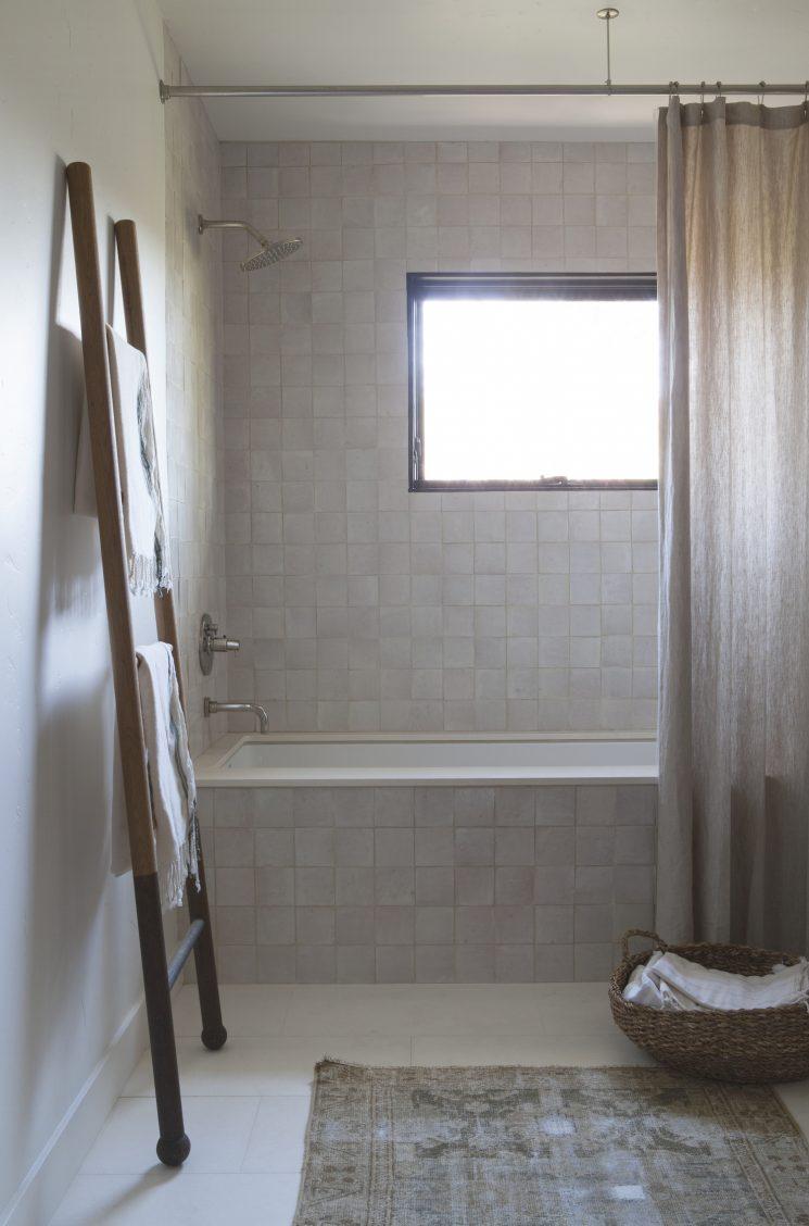 La magie des zelliges || Salle de bain en zellige par DISC interior
