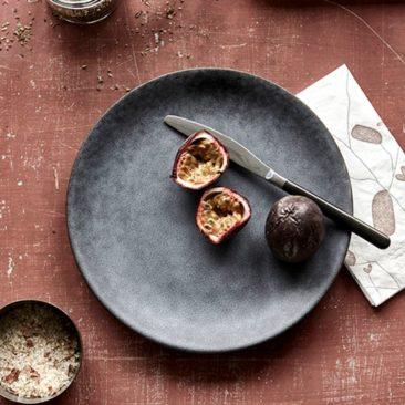 Assiette plate en porcelaine gris ardoise House Doctor