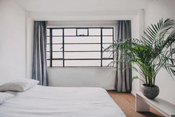 L'appartement minimaliste chaleureux de l'artiste Geneviève Lutkin et du designer Joel CulleyK