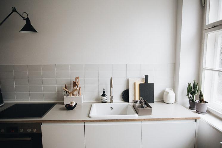 Intérieur minimaliste + blanc et noir + design || L'appartement de Christophe Kümmecke à Berlin par herzundblut.com