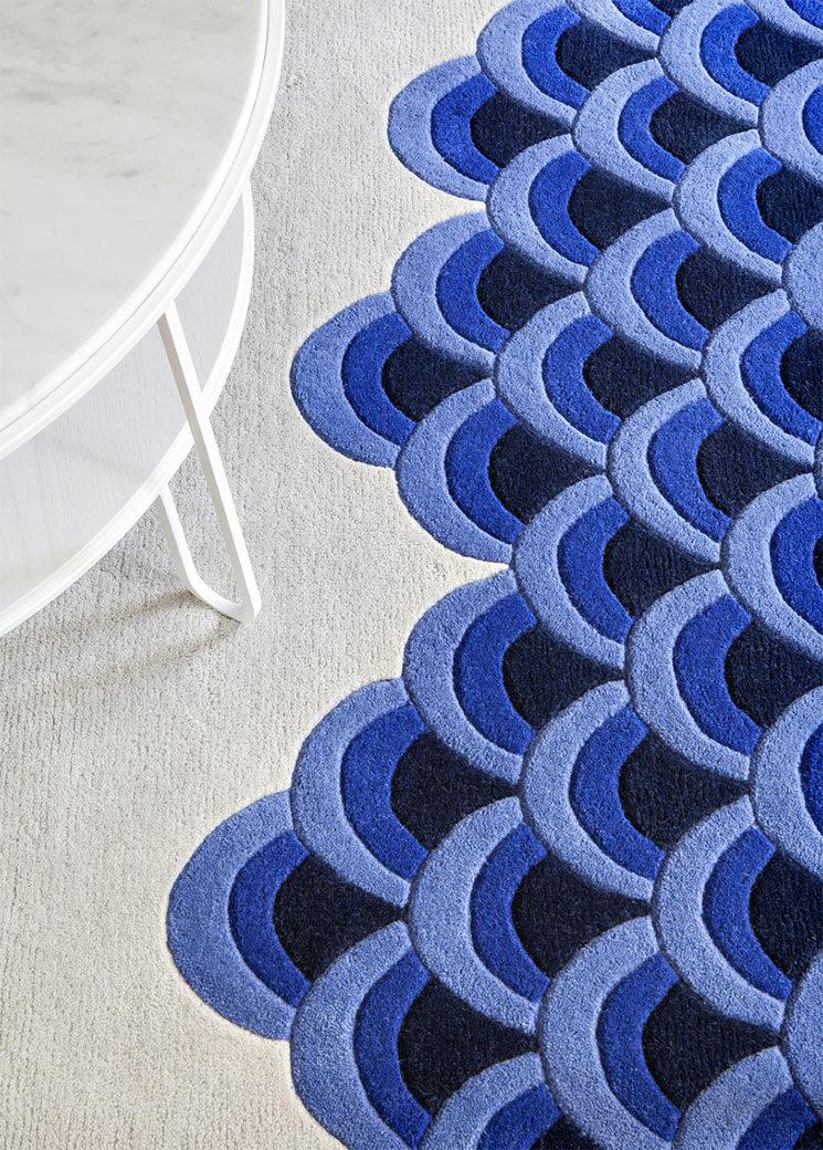 Tapis MARIN aux vagues bleues stylisées, signéPiergil fourqui - Edition Hartô