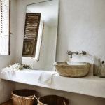 Une salle de bain wabi sabi