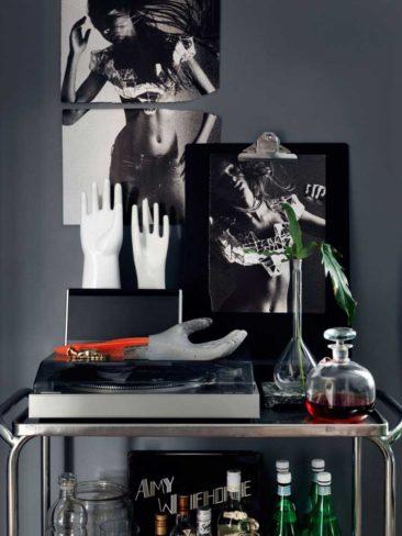 La déco au masculin - Un appartement aux murs gris anthracite qui joue la carte du design