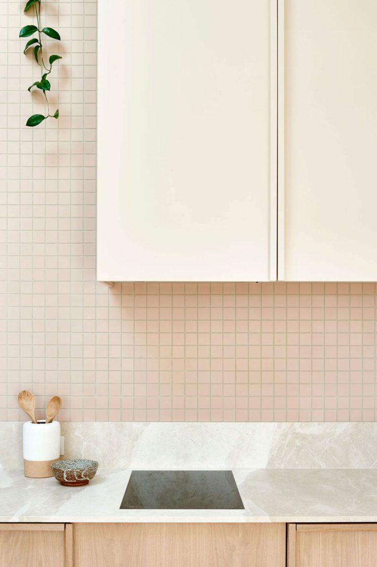 Canning cottage par l'agence Bicker (Melbourne) // Crédence de cuisine petits carreaux nude, placard en bois et plan de travail en pierre