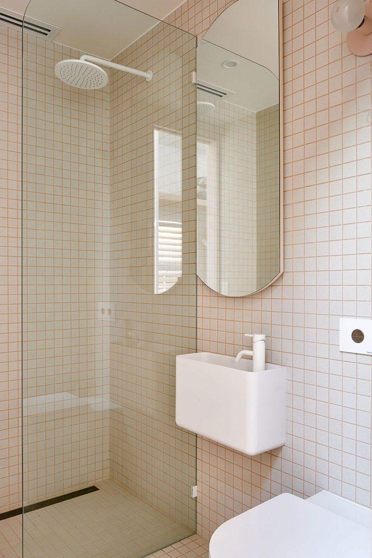 Canning cottage par l'agence Bicker (Melbourne) // Petite salle de bain minimaliste, réalisée avec des petits carreaux de faïence nude