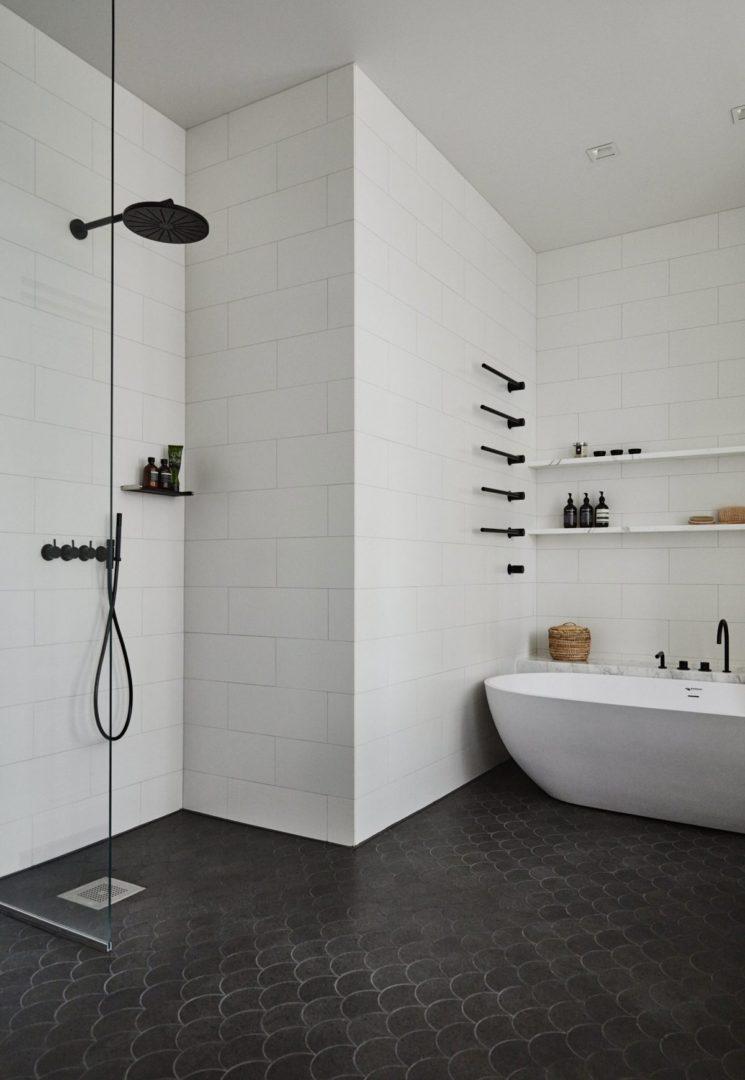 Douche à l'italienne || Conception Studio Joanna Laajisto - Appartement privé