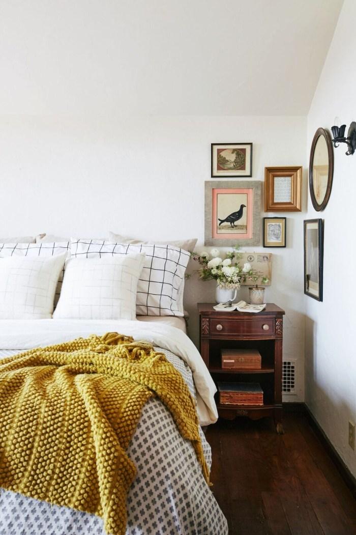 """10 idées déco pour une chambre à coucher stylée // Harmonie, objets personnels, jolis linges de maison... comme cette jolie chambre """"old new"""""""