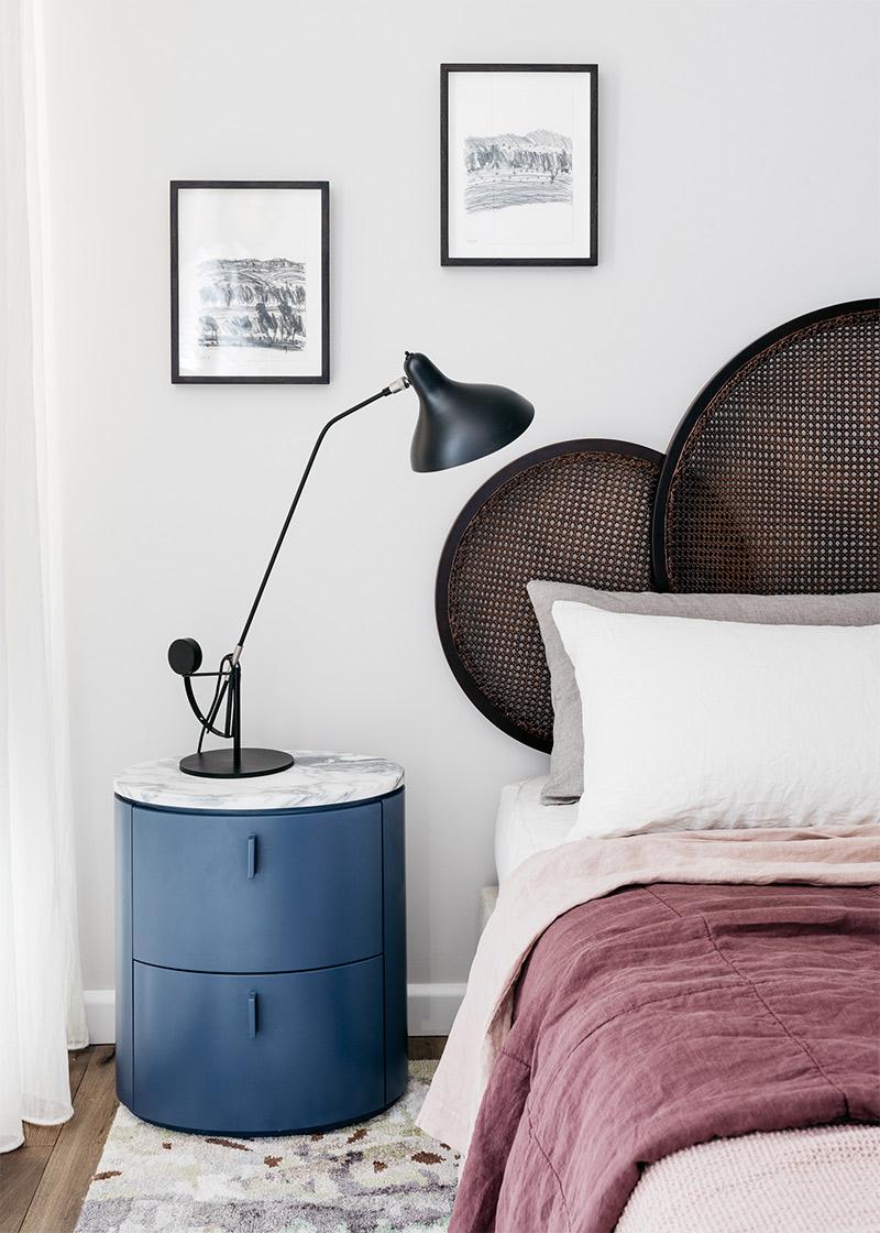 10 idées déco pour une chambre à coucher stylée // Une tête de lit originale en cannage, une table de chevet design, tapis, lampe....