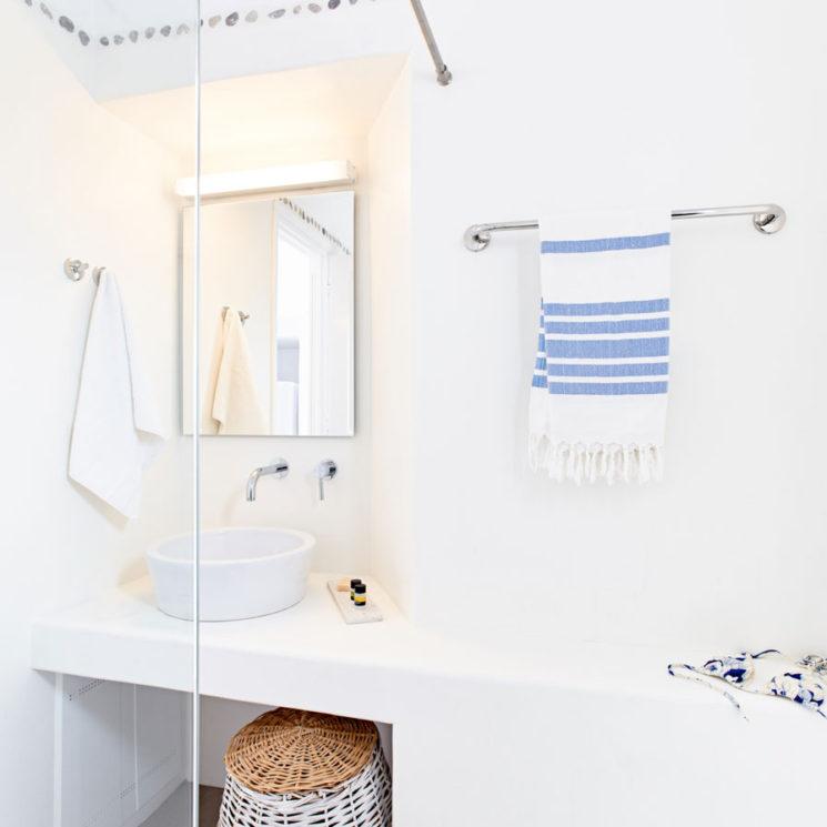 Une salle de bain de style bord de mer || Hôtel Agnandi à Mykonos