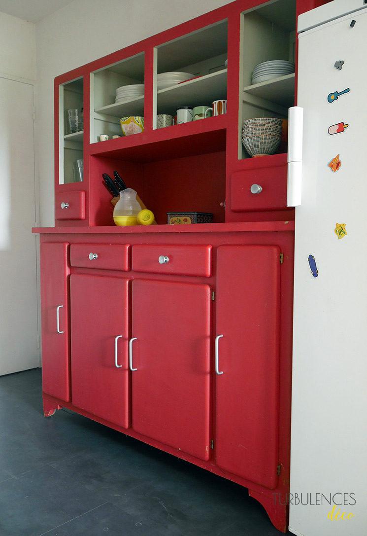 Vider son appartement avec lescartons.fr // Un buffet de cuisine rouge vintage