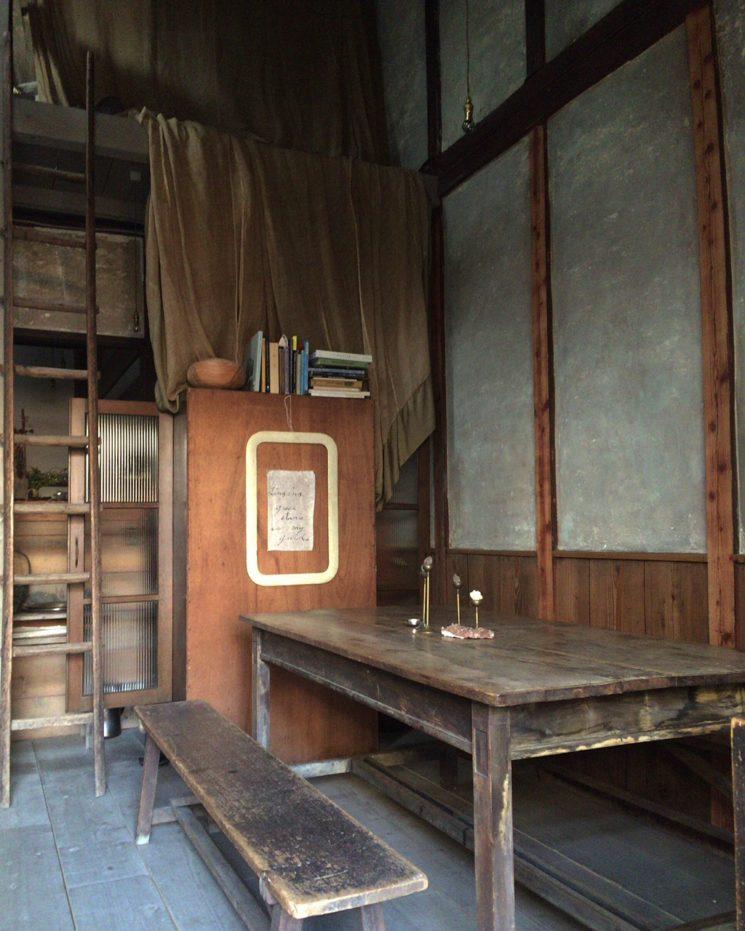 Tonalités wabi sabi et matières brutes || Le café boutique Stardust à Kyoto