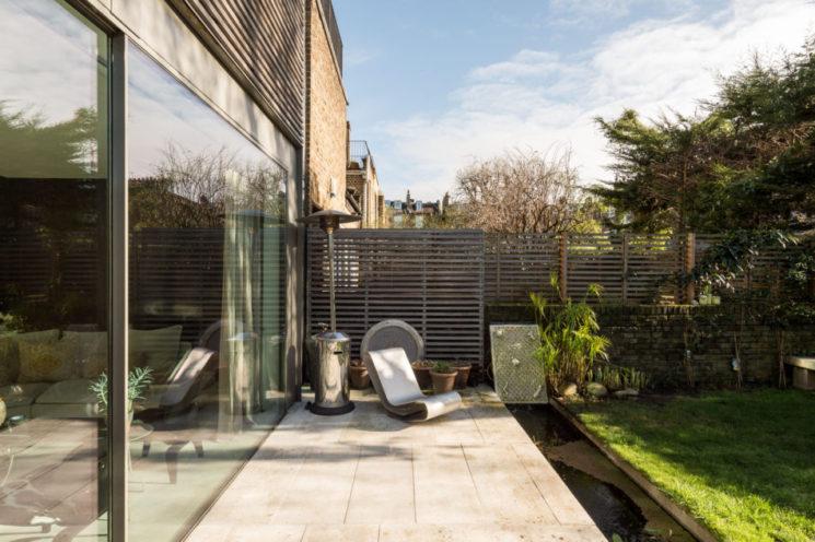 L'atout des baies vitrées pour vivre dedans dehors || Maison à Londres vendue par The Modern House