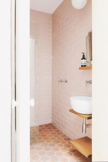 Salle de bain rose terracotta || Park St - Studio Hearth
