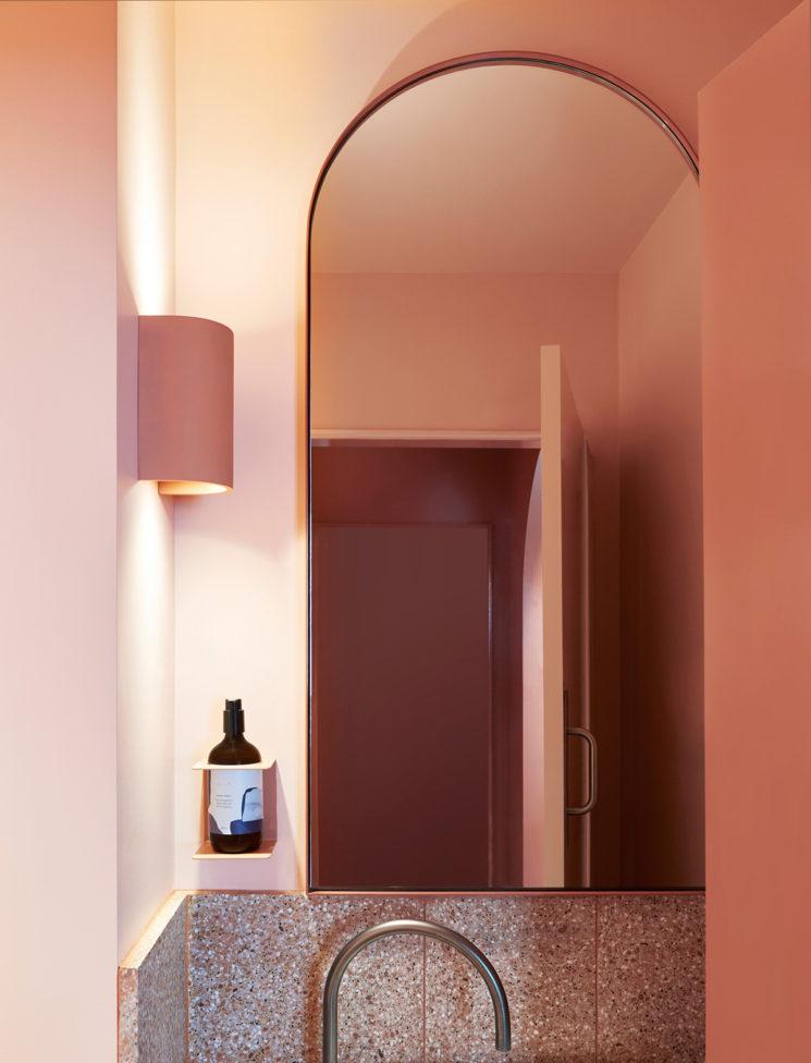 Salle de bain rose terracotta || Restaurant Fonda à Bondi Beach – Studio Estata
