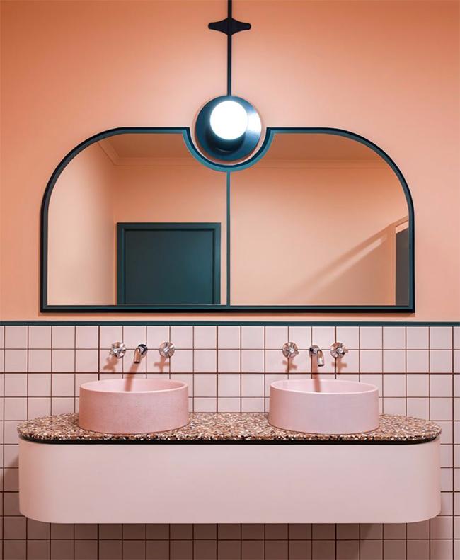 Et pourquoi pas une salle de bain rose terracotta ...