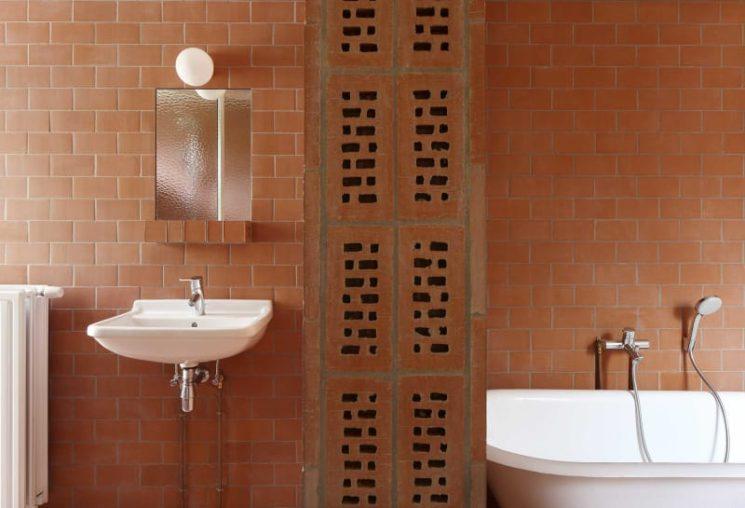 Salle de bain rose terracotta || Extension/rénovation à Anvers par l'architecte Vylder Vinck Taillieu