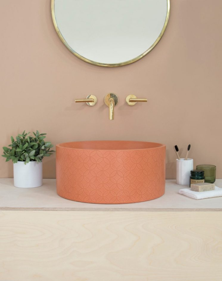 Salle de bain rose terracotta || Kast concrete basins