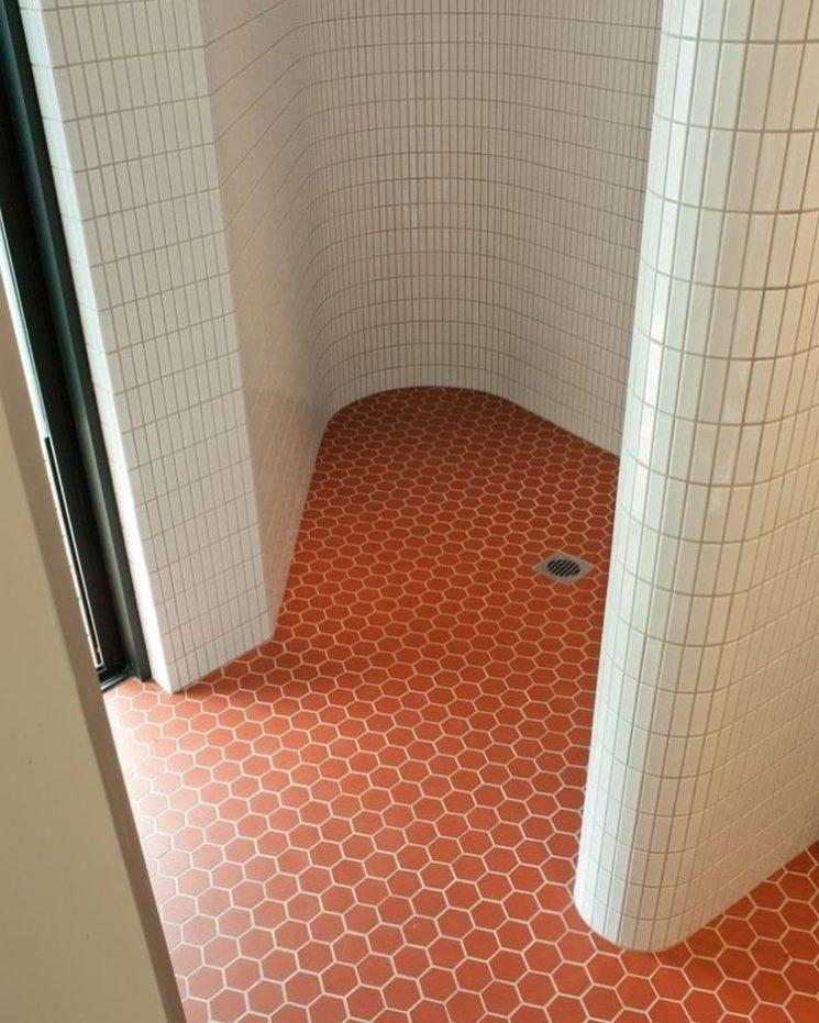 Salle de bain rose terracotta || Un sol en tomettes