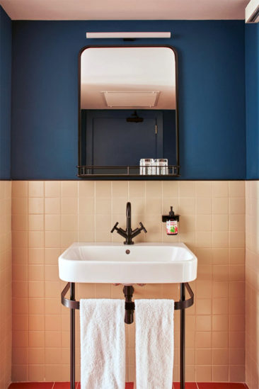 Salle de bain rose terracotta || Casa Bonay à Barcelonne par le studio Tack