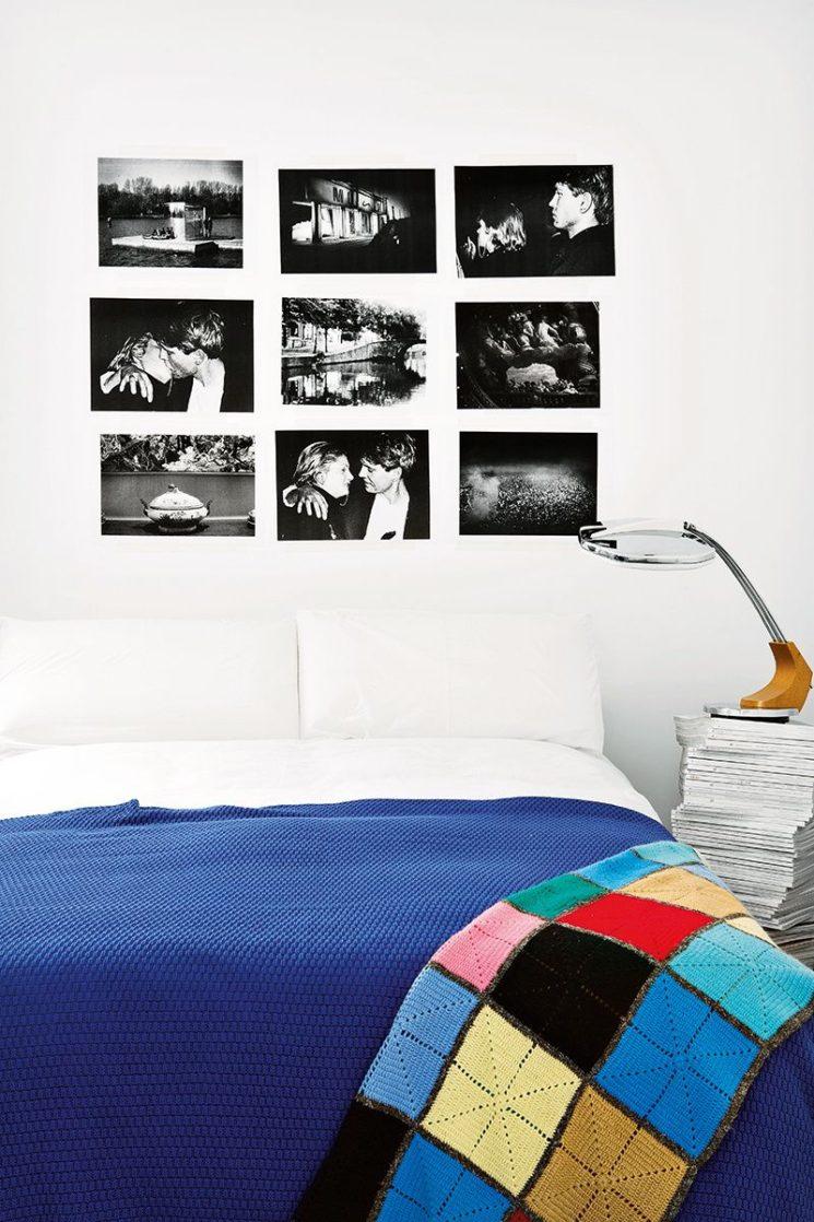 L'art de mettre en scène ses photographies dans sa déco || Des photos noir et blanc juste collées aux murs sans cadres