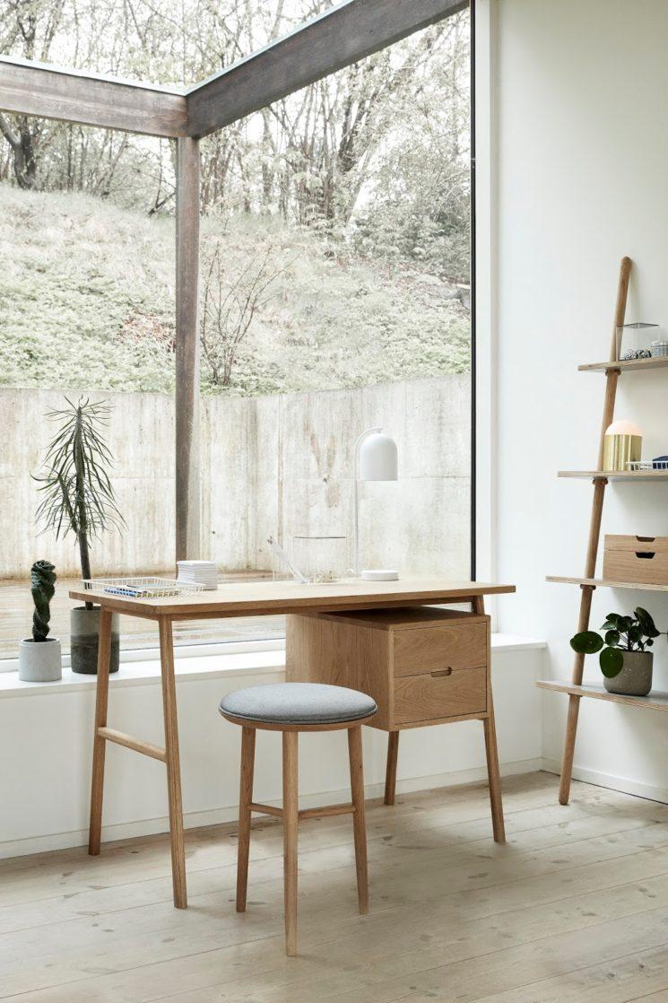 Sélection de petits bureaux en bois design || Bureau 2 tiroirs en chêne, Hübsch
