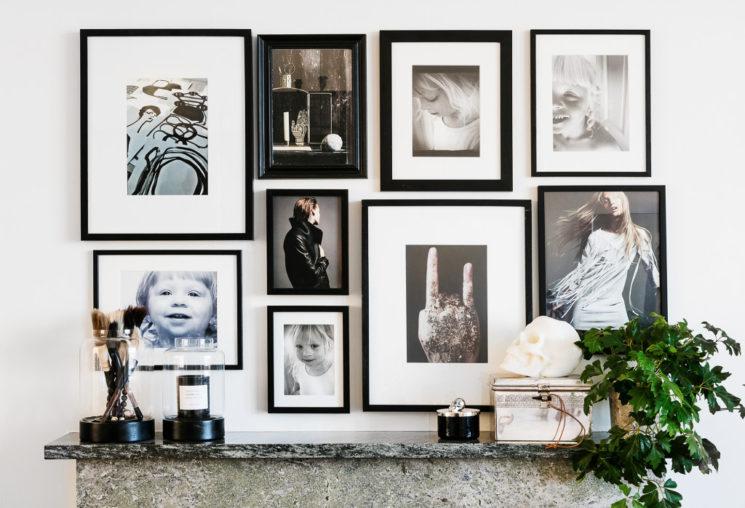 L'art de mettre en scène ses photographies dans sa déco || Accumuler les cadres et les formats