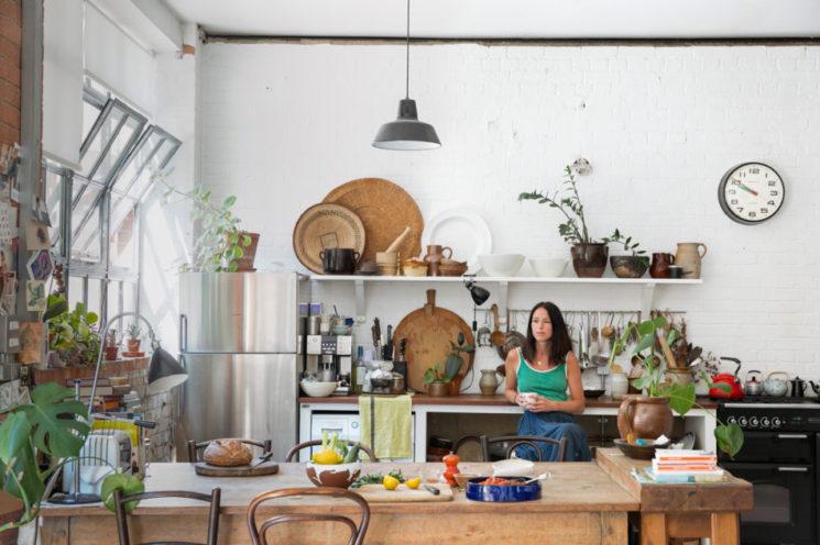 Des étagères murales de cuisine pour une touche industrielle
