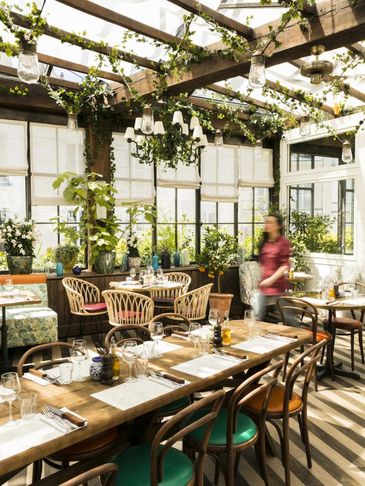 Choisir des chaises de salle à manger confortables || Restaurant Pink Mama à Pigalle, Paris