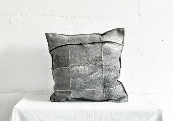 Coussin en peau de mouton teintée gris sur la boutique Etsy Taftyli