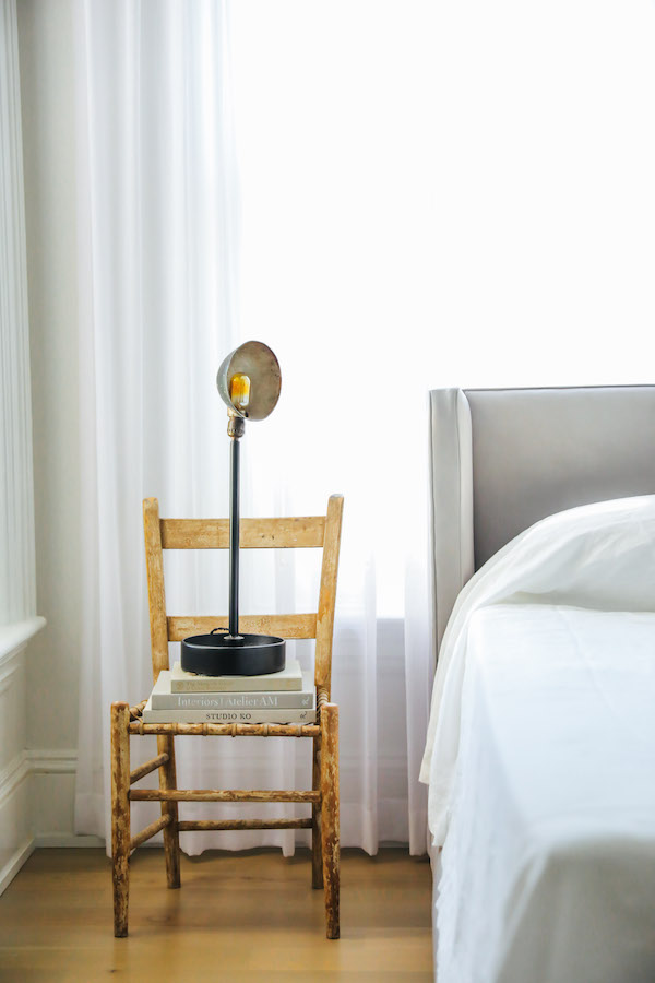 """Encore une obsession de style déco """"old new""""    Une vieille chaise en table de chevet"""