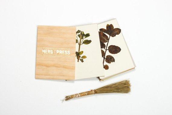 Presse herbe pour herbier sur la boutique Etsy Arminho, 30 € // Sélection de créateurs Etsy à retrouver sur Turbulences Déco