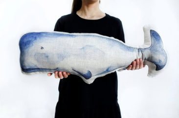 Coussin forme baleine, imprimée en lin - Boutique Forest Feeling sur Etsy