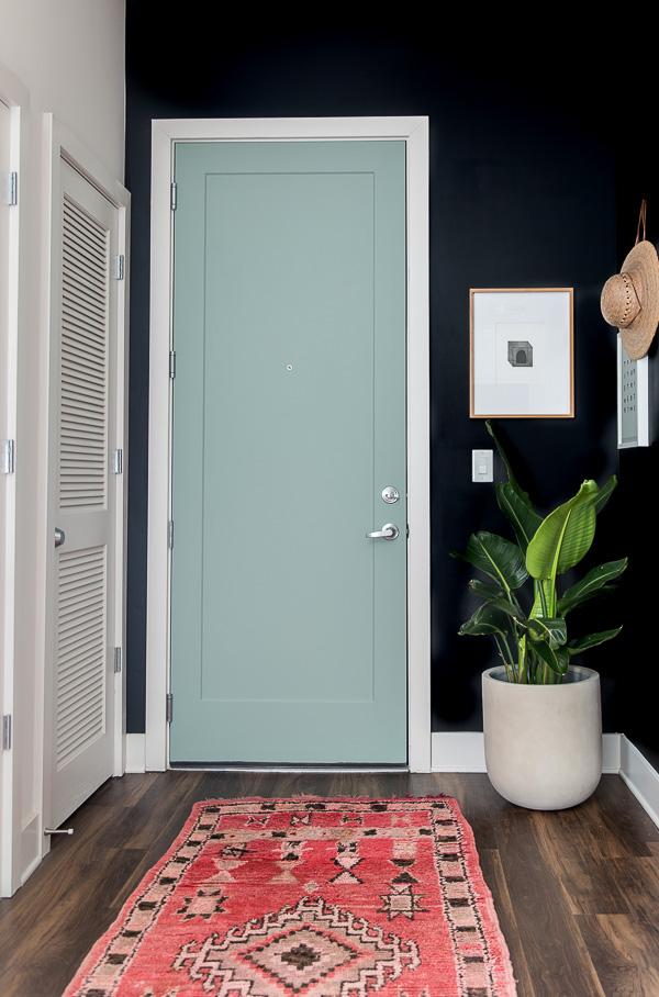 6 astuces pour rendre sa porte d'entrée design et glamour // La marquer d'une couleur || papernstitchblog.com