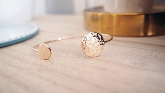 Bracelet jonc martelé, plaqué or - Boutique Etsy Créations by Anaïs