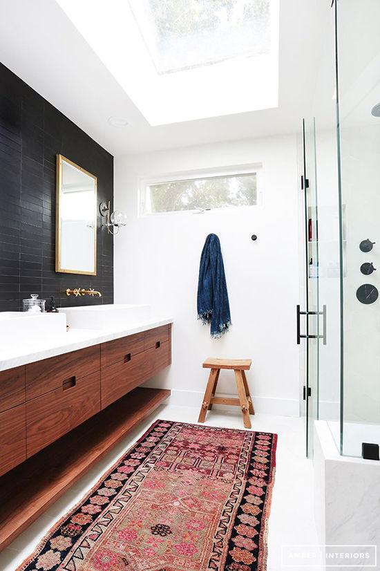 [ Idée déco ] Un tapis persan dans la salle de bain // Design intérieur :Amber Interior