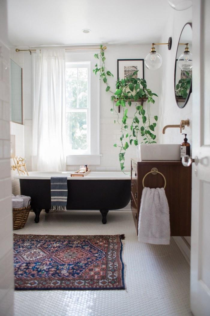 [ Idée déco ] Un tapis persan dans la salle de bain // Design intérieur :Emily Netz