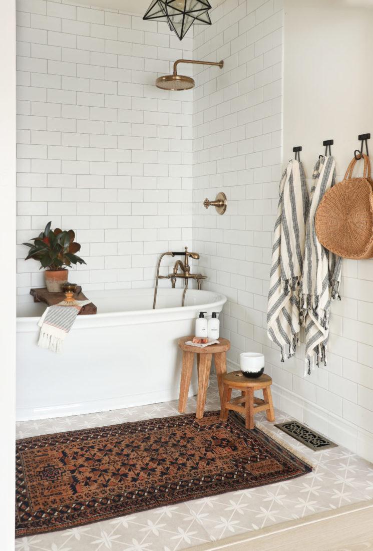 [ Idée déco ] Un tapis persan dans la salle de bain // Design intérieur :Jenni Radosevich