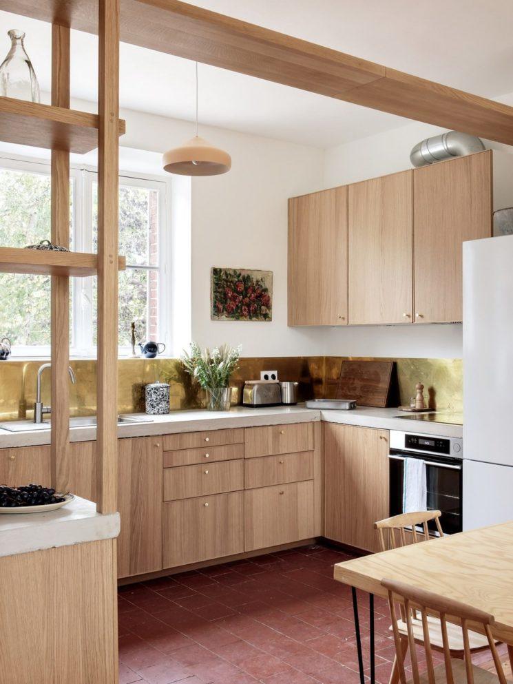 Maison d'hôtes Riverside House, une cuisine contemporaine ikea avec une crédence en laiton