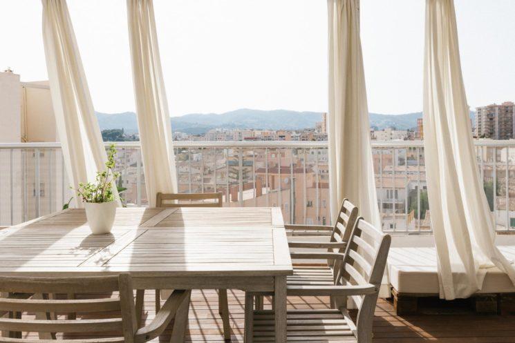 Des rideaux pour sa terrasses pour se protéger du soleil et du vis-à-vis