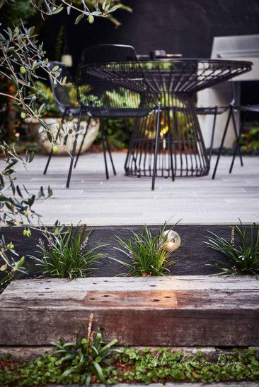 Et pourquoi pas un mur de jardin noir // Réalisation Adam Robinson - Landscape design Greenwich