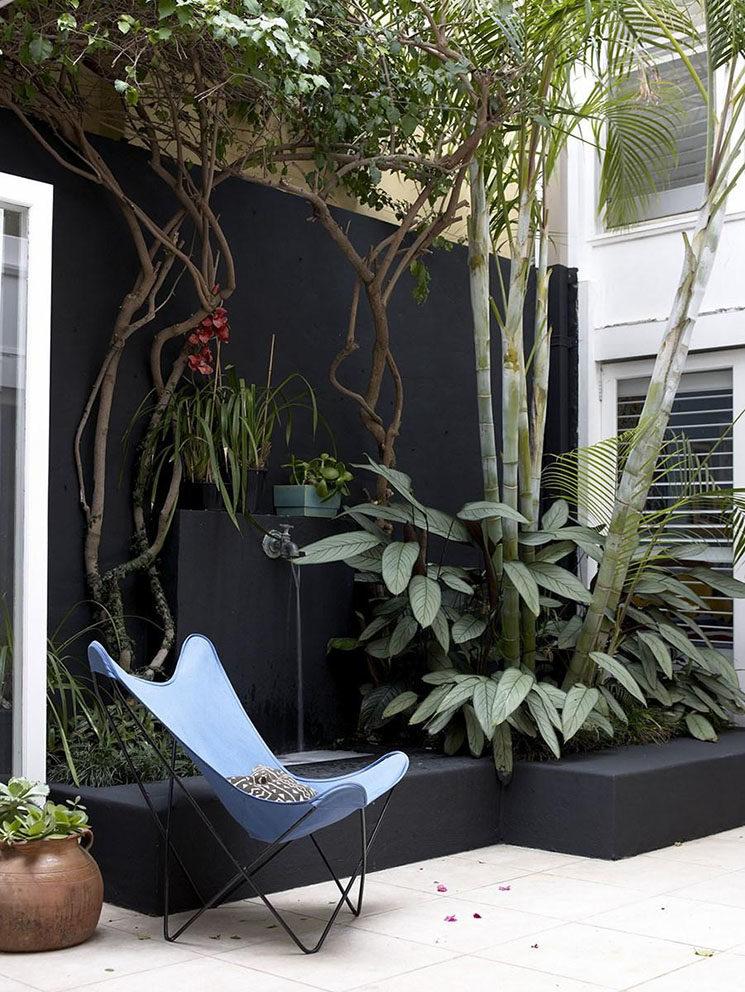 Et pourquoi pas un mur noir pour son coin terrasse ?
