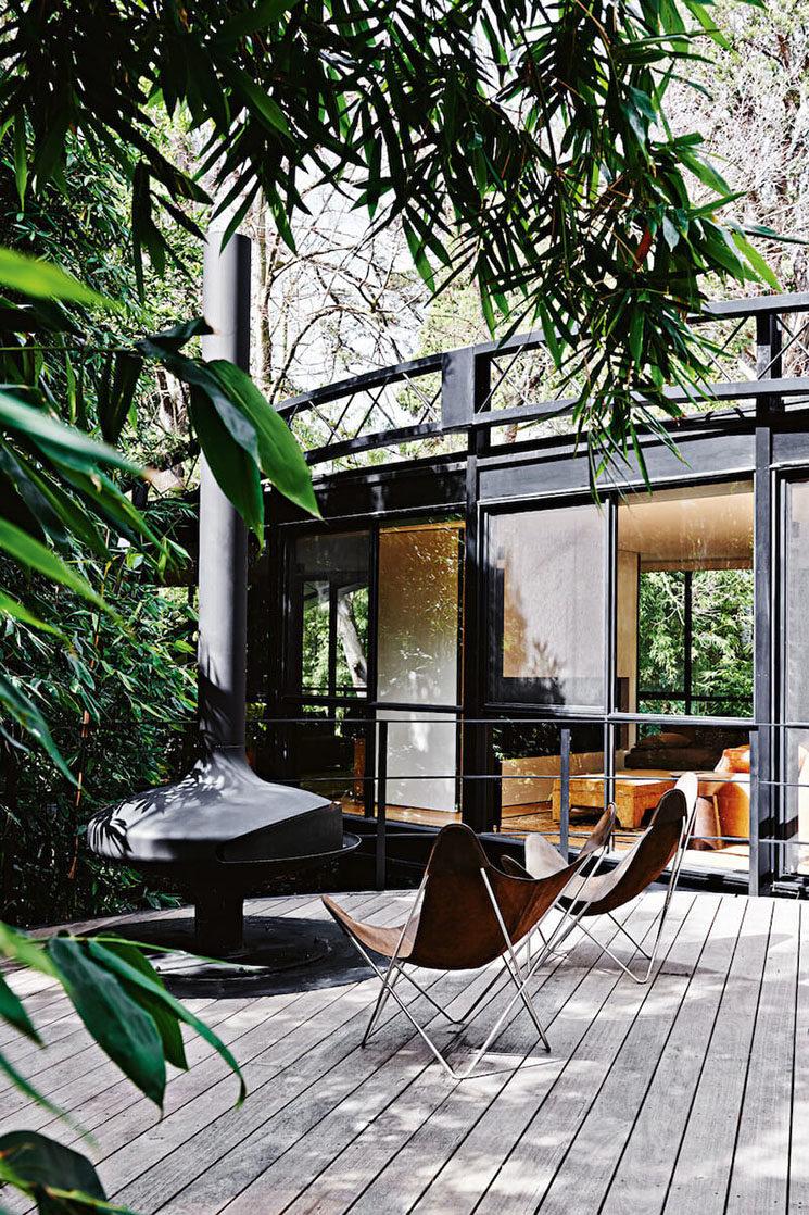 Une terrasse vintage mêlant bois et métal noir