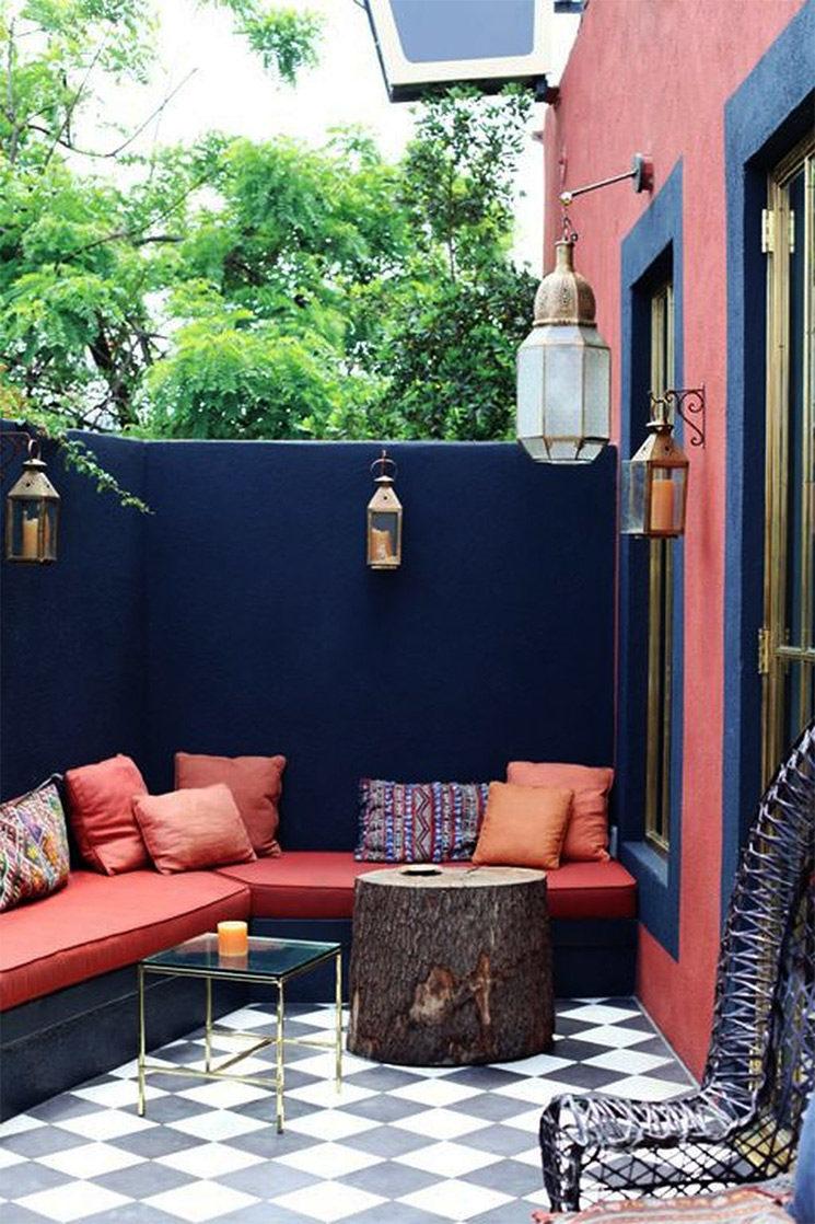 La terrasse du cafe Stella en bleu profond et rouge