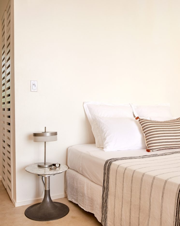 Une chambre blanche minimaliste,à la touche ethnique